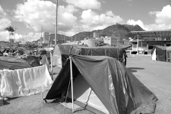 Photo. 2. IDPs' occupation of Parque Tercer Milenio (May, 2009). L. Eslava.